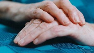 _58366400_m3400356-elderly_woman_s_hands-spl